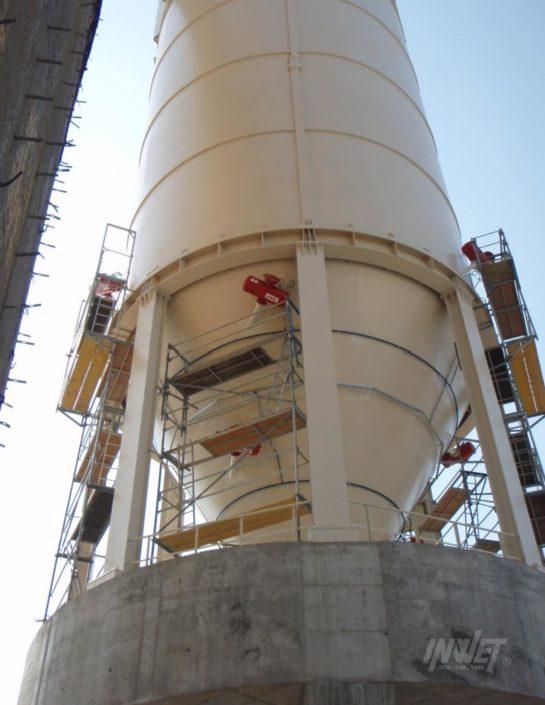 Pulsatory pneumatyczne na stożku silosa leju